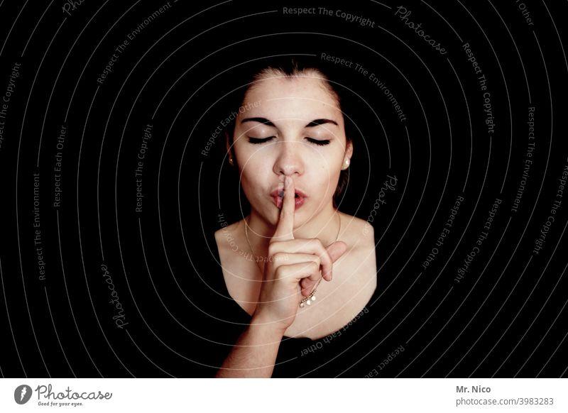 sag kein wort stille Psst Geheimnis Finger leise leise sein gestikulieren stumm ruhig Porträt Studioaufnahme Schatten Geheimnisträger Gesichtsausdruck Geräusch