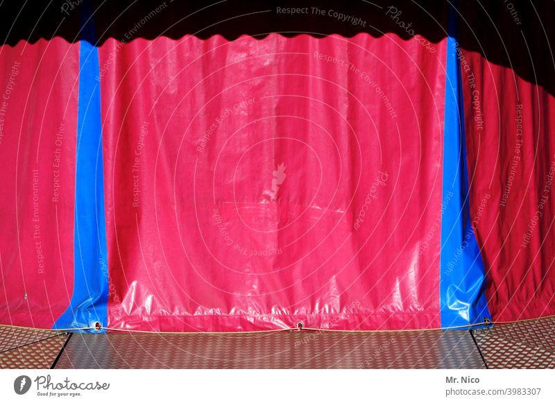 Drehpause Plane Schutz Abdeckung Kunststoff Strukturen & Formen Vorhang rot blau Fahrgeschäfte abstrakt Schausteller schaustellerbetrieb Karussell faltenwurf