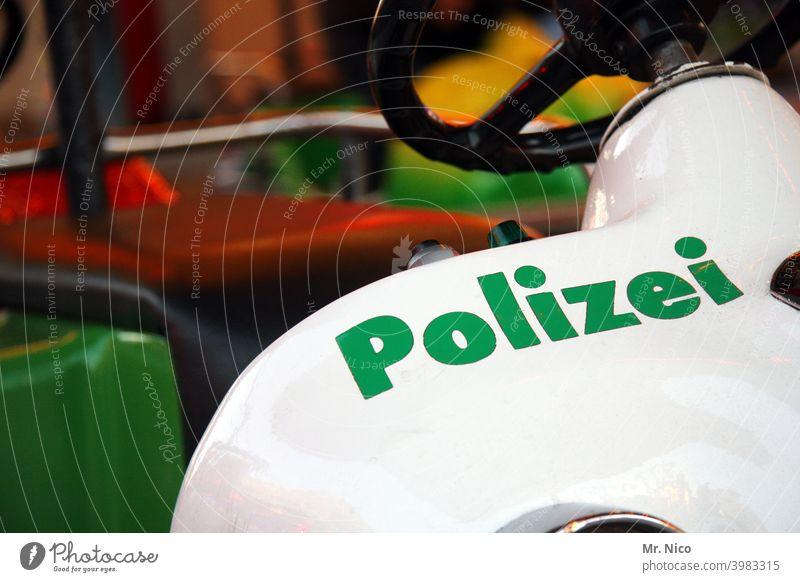 Polizeiwagencabrio Sicherheit weiß grün Lenkrad Kindheit Spielzeug Spielzeugauto Bobbycar fahrvergnügen Karussell Schriftzeichen Jahrmarkt Kinderkarussell