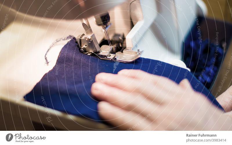 Nahaufnahme von Schneiderarbeiten an einer Nähmaschiene nähen Nähmaschine Stoff Textilien Handwerk Schneidern Kreativität Mode Bekleidung