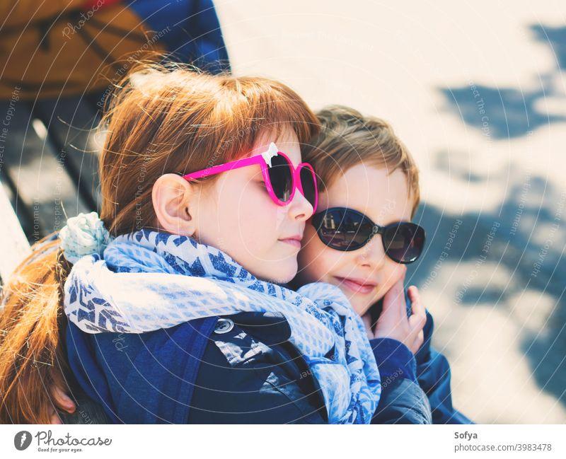 Zwei süße Kinder, Geschwister, die sich im Freien umarmen Junge Zusammensein Valentinsgruß Tag Liebe Freunde Kindheit niedlich Mädchen Bruder Kaukasier Spaß