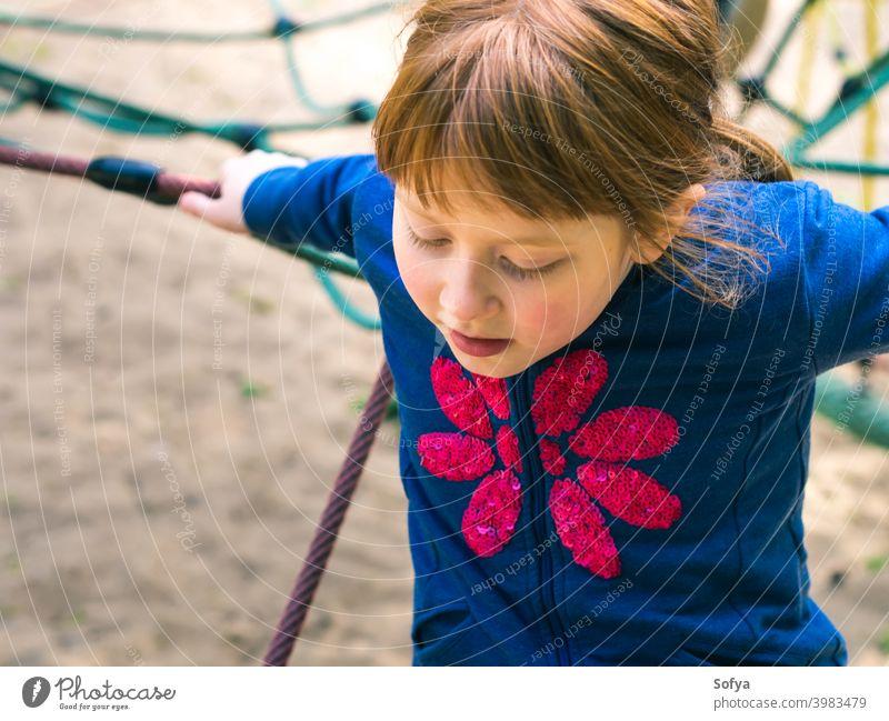 Kleines rothaariges Mädchen spielt auf dem Spielplatz Sommer Spaß Kind Lächeln Kindheit niedlich heiter wenig spielerisch Glück Park Fröhlichkeit Freude