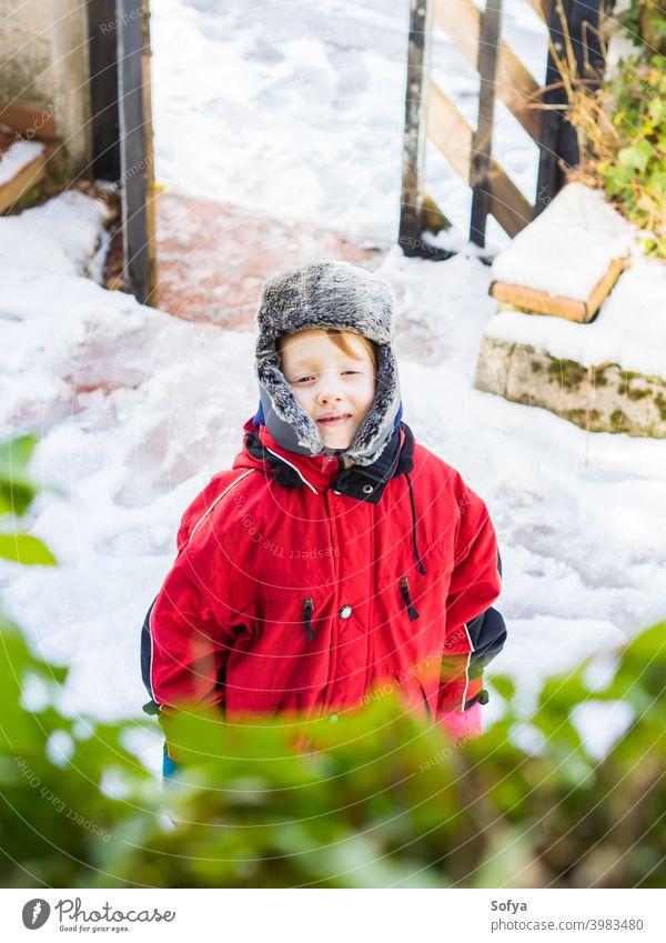 Kleiner blonder Junge in Winter-Oberbekleidung im Freien Kind Schneeanzug Glück wenig Aussehen Gesicht Auge weiß Kaukasier kalt Hut Verschlussdeckel niedlich