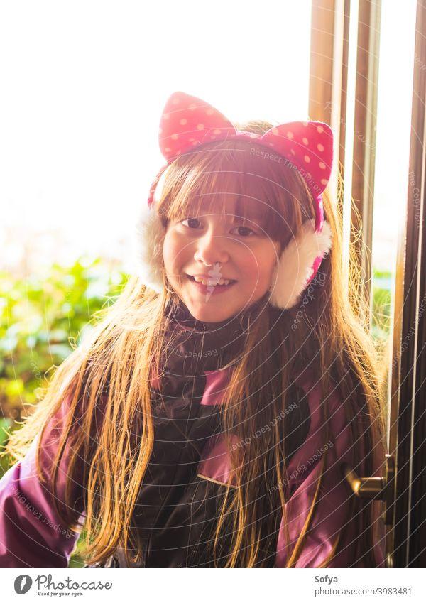 Kleines Mädchen trägt Schneeanzug lachend wenig tragend Rotschopf Lachen im Freien Winter saisonbedingt Aussehen lustig Lächeln Spaß Glück Gesicht Auge