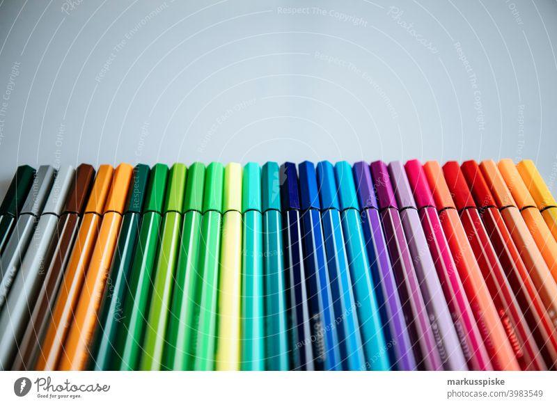 Eine Handvoll Farbpalettenstifte schwarz blau blau rot braun Bürste farbig Farbstift kreativ anders zeichnen Zeichnung grün grau Heimarbeitsplatz Länge Farbe