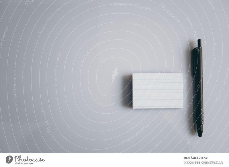 Blanko-Zettel mit schwarzem Metallstift Klotz Schriftart Handschrift handschriftlich sehr wenige Aushang Schreibstift Bleistift es abschicken Text Typ weiß