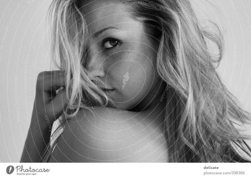 schulterblick Mensch feminin Junge Frau Jugendliche Erwachsene Körper Haut Haare & Frisuren Gesicht Auge Nase Rücken Hand 1 18-30 Jahre blond Locken beobachten