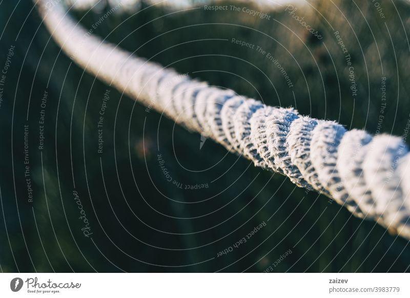 Juteseil auf eine Stange gewickelt Fett gebunden Seil verbunden zwängen Knäuel Schnur stark eng umhüllen schwer Strang gealtert nautisch groß vereinzelt rau