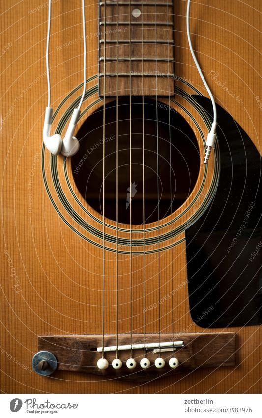 Gitarre mit Ohrhörer Saiteninstrumente folk folklore gitarre hausmusik holz instrumentenbau musikinstrument perle saite saiteninstrument schallloch volksmusik