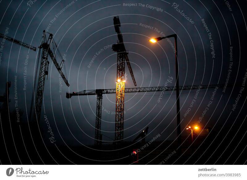Baustelle am Abend Hochbau abend architektur baugewerbe baustelle berlin büro city deutschland drehkran dämmerung froschperspektive hauptstadt haus himmel