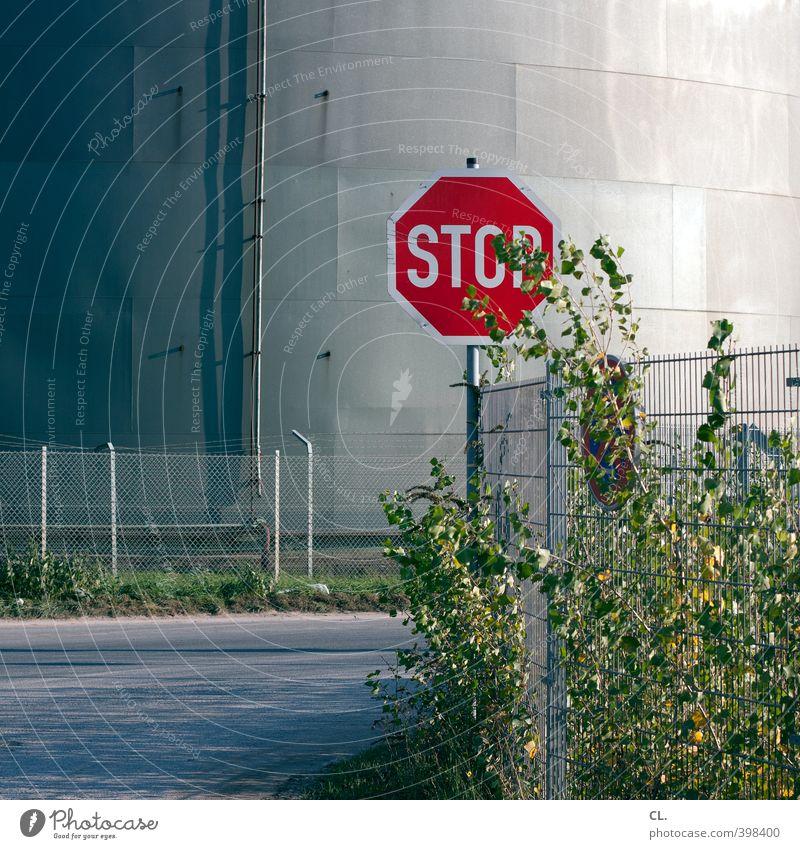 stop rot Straße Wege & Pfade Verkehr trist Sträucher Beginn Hinweisschild Sicherheit Pause Industrie Schutz Güterverkehr & Logistik stoppen Ende Zaun
