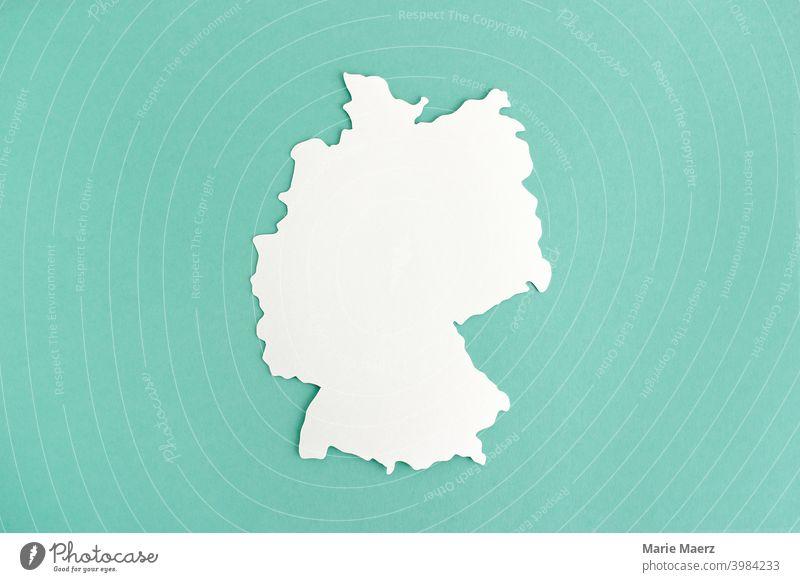 Deutschland-Karte | Silhouette aus weißem Papier Landkarte Menschenleer Umriss Grafik u. Illustration Papierschnitt Hintergrund neutral minimalistisch abstrakt