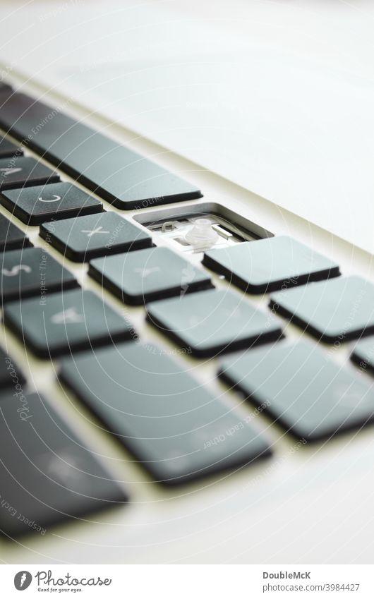 Nahaufnahme einer Tastatur, an der eine Taste fehlt // Notebook // Laptop Technik & Technologie Computer Business Arbeitsplatz Büro arbeiten fehlende Taste