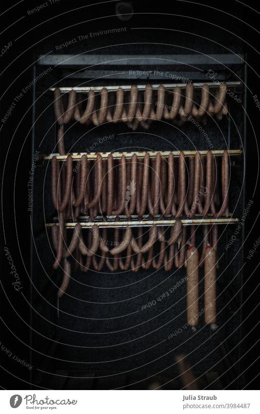 Wurst hängt an der Stange in der Räucherkammer Metzgerei frisch geräuchert Wurstwaren Ernährung Lebensmittel Innenaufnahme Fleisch wurst Mettwurst käsekrainer