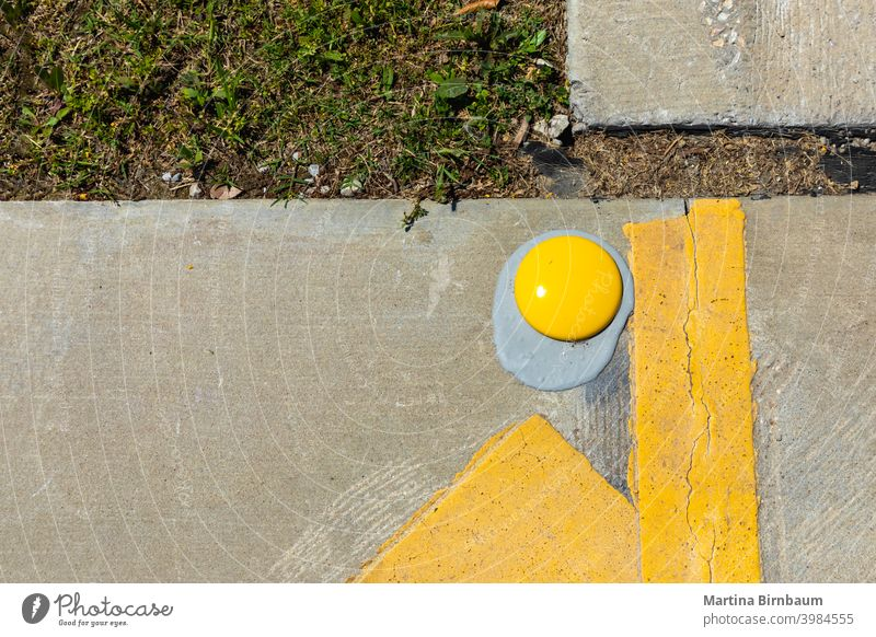 Das verlorene Ei - gelbe Straßenmarkierungen Hintergrund Rollfeld Verkehr abstrakt schwarz Textur Oberfläche Farbe urban Fahrspur Design Großstadt Boden