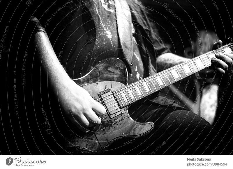 Hände eines Heavy-Rock-Gitarristen, Live-Musik-Thema, schwarz und weiß / Leben vor Corona stimmen Künstler Band Gitarre schwarz auf weiß Club Konzert dunkel