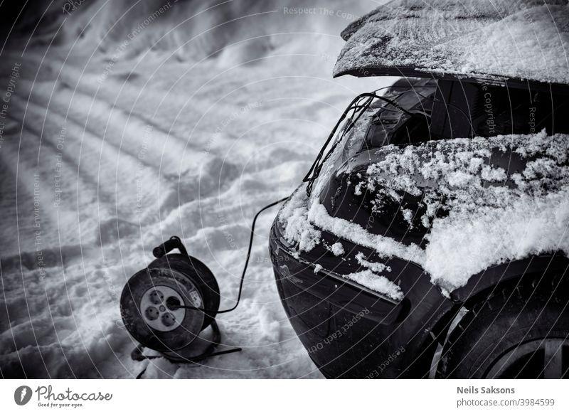Ausfall im kalten Winter / Laden der Batterie Akkumulator Auto Automobil Motorhaube Panne Kapazität PKW Gebühr Nahaufnahme Konzept Textfreiraum tot Diesel