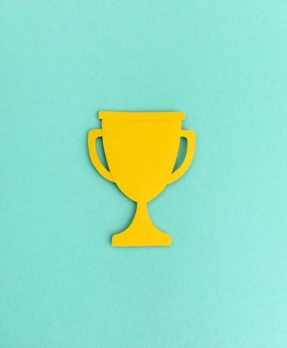 Pokal Silhouette aus Papier Auszeichnung Gewinner Sieger Papierschnitt Grafik u. Illustration minimalistisch abstrakt Hintergrund neutral Design Erfolg Stärke