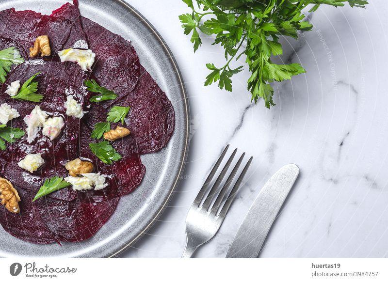 Hausgemachter Rote-Bete-Salat mit Walnüssen, Mozzarella und Petersilie Salatbeilage Muttern Mozzarella-Kirschtomaten Rübe Gemüse organisch Lebensmittel