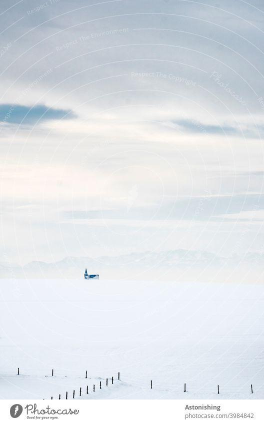 Kirche und Gebirge am verschneiten Horizont Berge Schnee Landschaft Schichten Winterlandschaft Schneelandschaft Zaun Holz Alpen Allerheiligen im Mühlkreis Turm