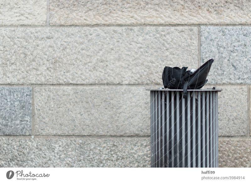 alter Regenschirm im Müllbehälter - der Regen ist vorbei Mülltonne Müllentsorgung Müllsack Müllabfuhr Müllverwertung Recycling Abfall trashig