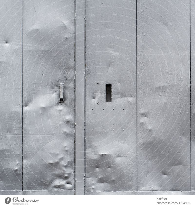 verbeulte Schiebetür Industriebetrieb Schiebetor gebrochen Griff Silber grau Stadt Zerstörung Vergänglichkeit Verfall Tür Fassade Wand Fabrik Bauwerk Mauer