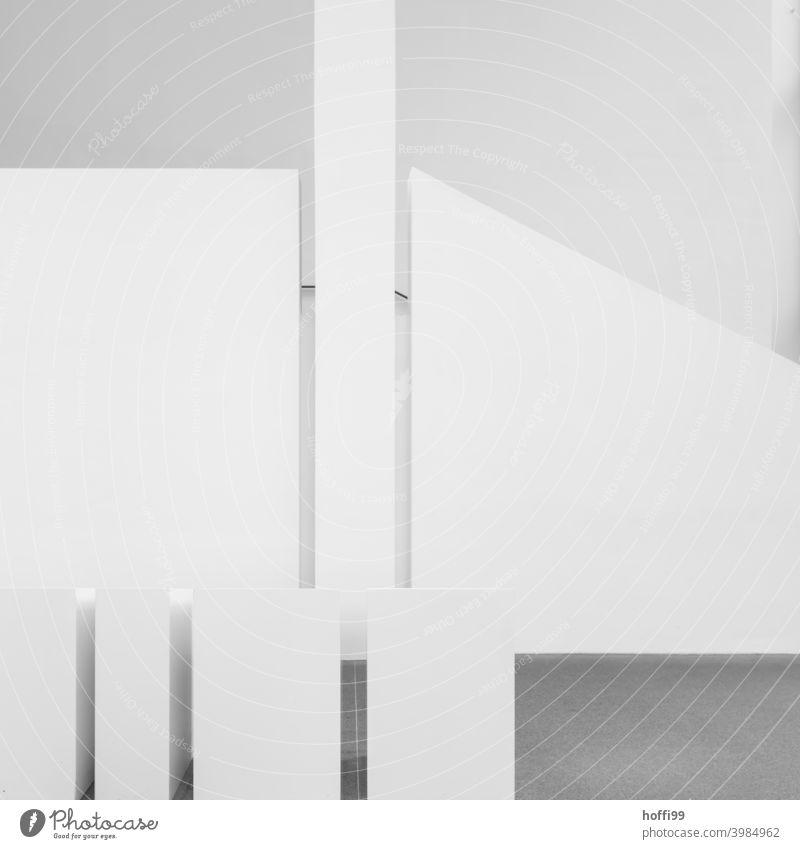 weiße Treppe mit Raumelementen Treppenhaus Sichtbeton Beton Treppenschatten architekture schwarz minimalistisch Schatten urbane Industrie urbaner Stil