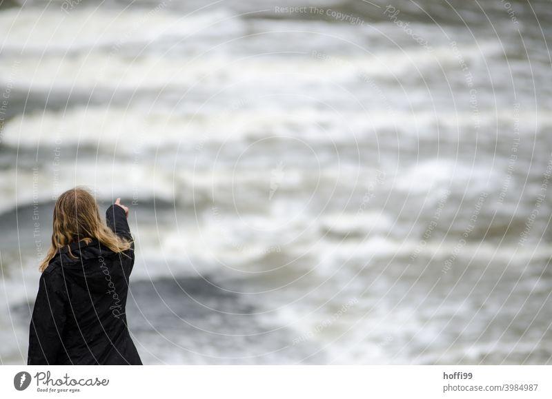 die Frau zeigt in die Leere der Flut, wo wird es hingehen .... sturmflut Klimawandel ungewissheit Meer Sturm Himmel Wasser Umwelt Wind Hochwasser Wetter Wolken