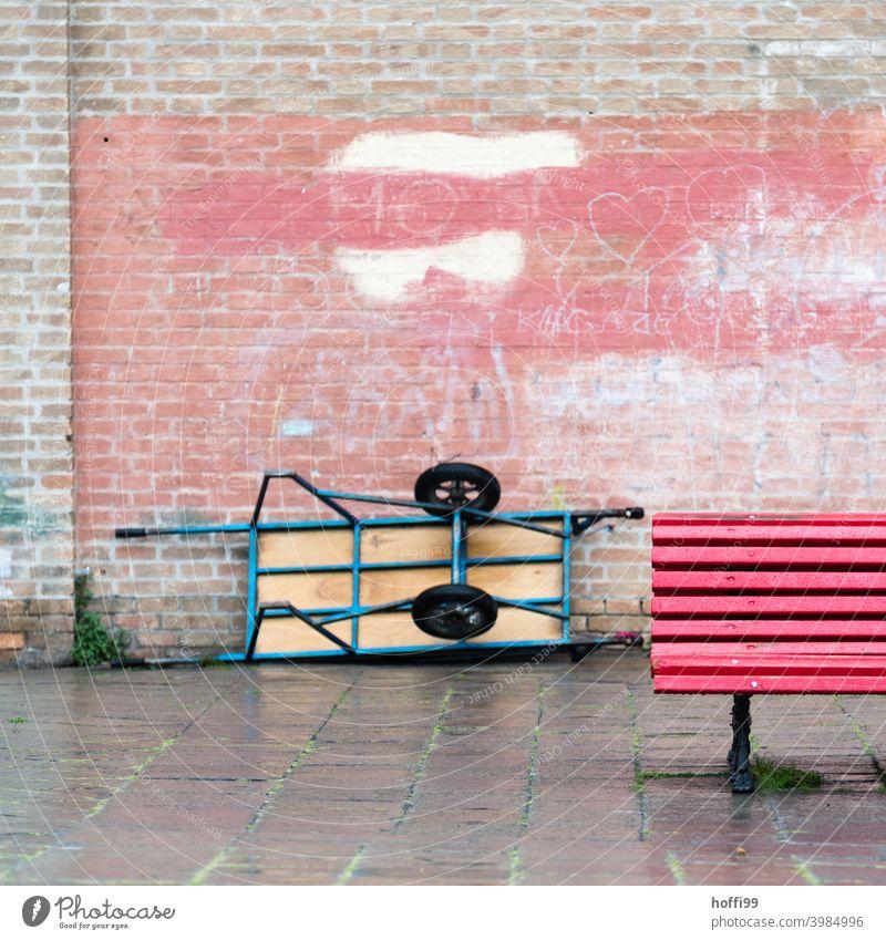 Rote Bank mit Lieferkarre und alter Mauer in Venedig Parkbank Backsteinwand Pause Schubkarre Holz Sitzbank rot Lieferkarren Lieferwagen Karre Sitzgelegenheit