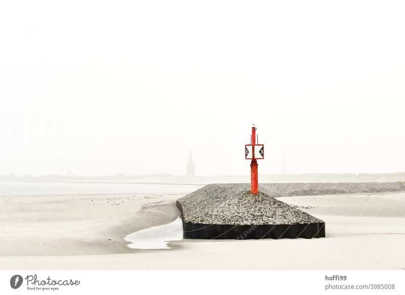 Hafeneinfahrt Hinweis - Ebbe Wattenmeer Insel Küste Nordsee Nebelschleier Pier Nebeldecke minimalistisch Nebelwand Nebelstimmung Außenaufnahme Himmel