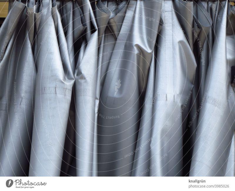 Glänzender grauer Vorhang Sichtschutz Faltenwurf Stoff Dekoration & Verzierung Strukturen & Formen Licht & Schatten glänzend metallisch hängen Menschenleer