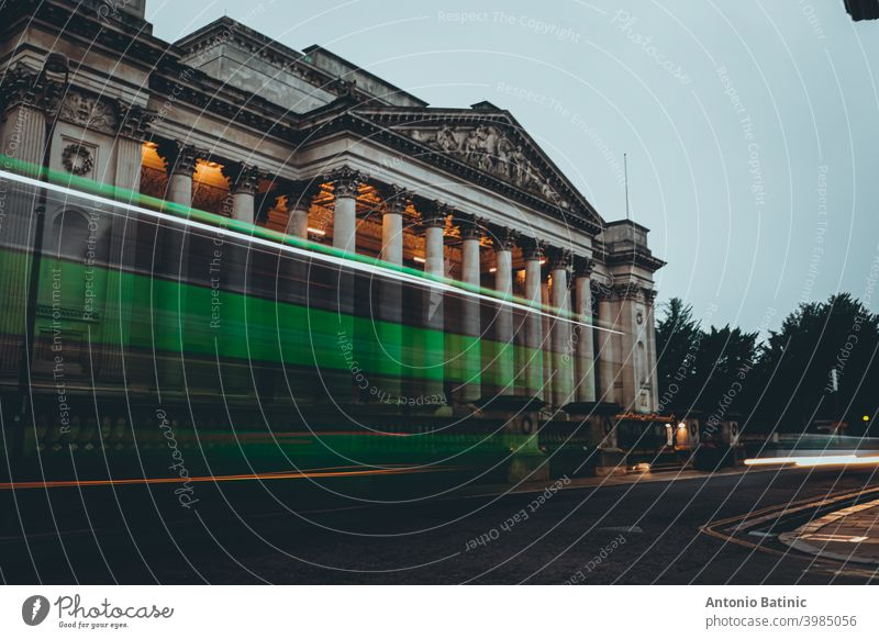 Langzeitbelichtung eines grünen Busses, der vor dem Architekturmuseum in der Stadt Cambridge vorbeifährt Öffentlich Nachtleben Leitwerke Verkehr Sonnenuntergang