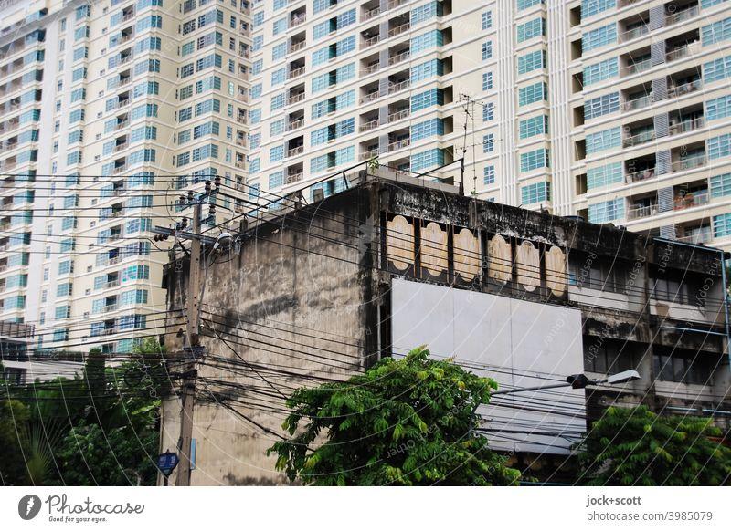 architektonischer Wandel in der Stadt Fassade Bangkok Wohnhochhaus Thailand Stadthaus Zahn der Zeit Wandel & Veränderung Vergangenheit Moderne Architektur