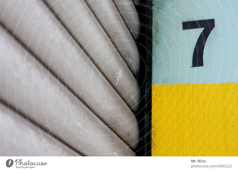 Glückszahl Sieben 7 Rolltor Ziffern & Zahlen Detailaufnahme Tor Lagerhalle Schriftzeichen Nummer geschlossen Ausgang Eingang Gebäudeteil Tür Fassade Lagerhaus