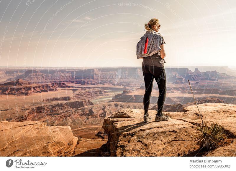 Frau genießt die Aussicht im Dead Horse Point State Park totes Pferd Punkt Tourist Wanderer 40-50 Kaukasier übersehen Landschaft reisen Fluss im Freien