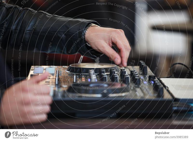 DJ-Hände an einer DJ-Konsole clubbing Club Tanzen Musik Party dj Regler Hand Knöpfe kreieren Disco Instrumente Musical Nachtclub Nachtleben Unterlage Scheibe