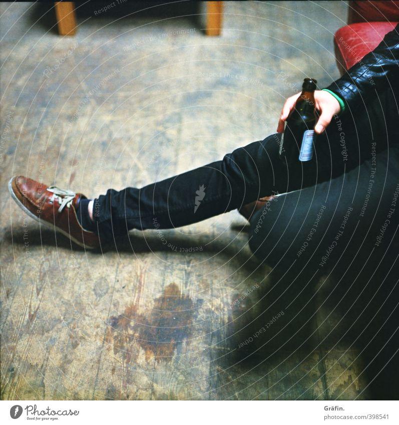 Feierabend Bier Feste & Feiern trinken Mensch Mann Erwachsene Hand Beine 1 braun schwarz Zufriedenheit Coolness ruhig Erholung genießen Farbfoto Innenaufnahme