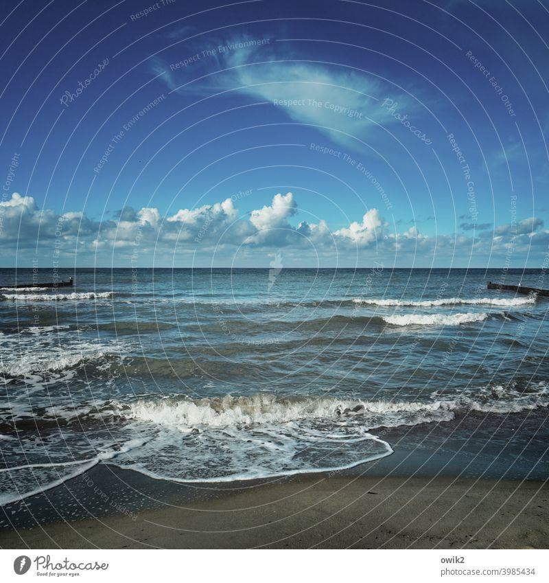 Geräuschkulisse Ostsee Himmel Wolken Küste Urelemente Luft Wasser Wellen maritim Weite Sand Sandstrand Idylle blau einsam Landschaft Umwelt Horizont Meer Tag