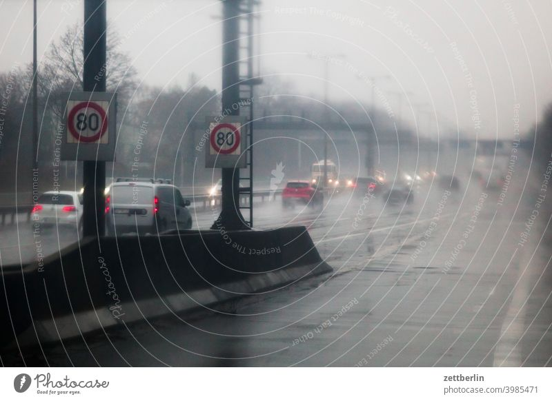 Autobahnauffahrt im Regen abbiegen asphalt autobahn ecke fahrbahnmarkierung hinweis kante kurve linie links navi navigation orientierung pfeil rechts richtung