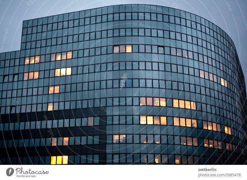 Fassade mit einzelnen erleuchteten Fenstern Hochbau abend architektur baugewerbe baustelle berlin büro city deutschland dämmerung froschperspektive hauptstadt