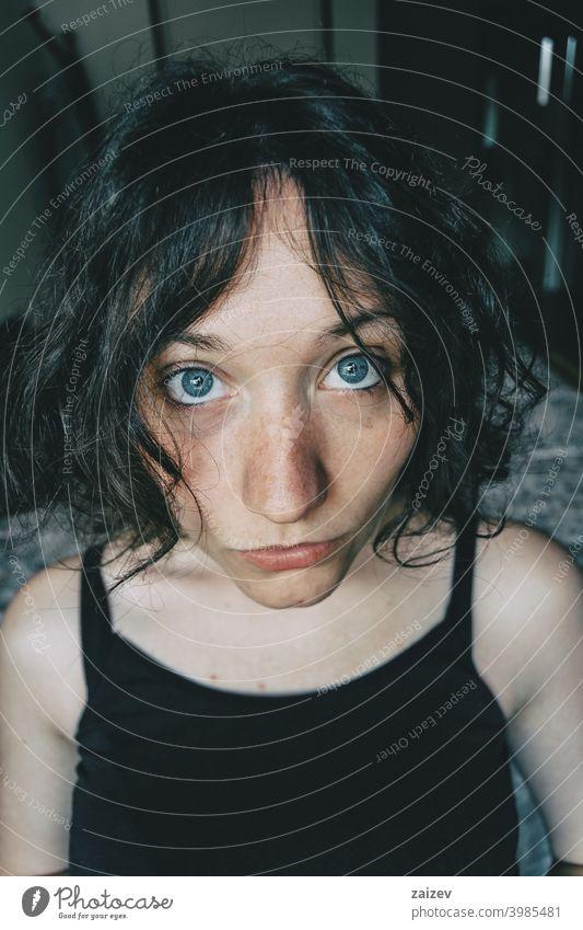 Porträt eines schönen Mädchens mit großen blauen Augen Blick auf die Kamera mit überraschten Ausdruck Frau Dame Teenager Jugend jung hübsch Augenkontakt