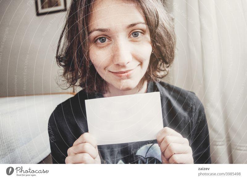 Mädchen lächelt, während sie eine Zeitung in den Händen hält mit Menschen Frau eine Person im Innenbereich Teenager 20s 30s mittelgroß Textfreiraum Zentrum