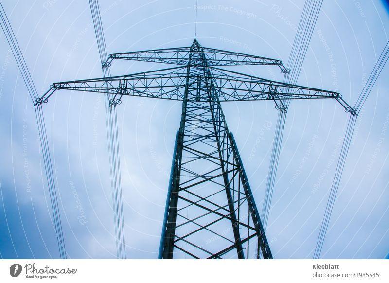Hochspannungsmasten auf blauen, bewölkten Winterhimmel - Froschperspektive Stromtrasse Himmel von unten nach oben Industrie und Technik Energietechnik Mast