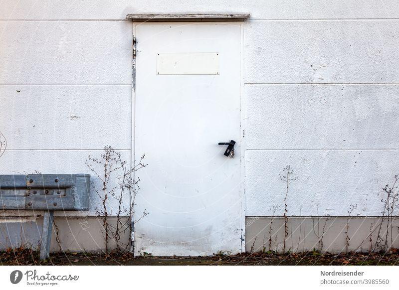 Aufgebrochene Tür an einer Lagerhalle Einbruch Einbrecher Schloss Wand aufgebrochen Laden Geschäft Ladengeschäft demoliert kaputt Zerstörung Kriminell