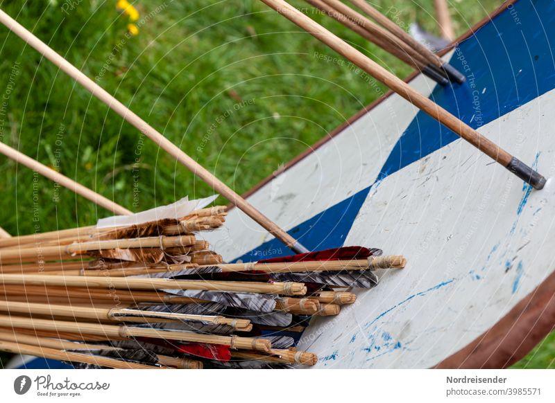 Bogenschießen auf einem Mittelaltermarkt Pfeil Zielscheibe Sport Treffer Trefferbild Schießen Bogenschütze Schütze Freizeit Freizeitsport Schild Schutzschild