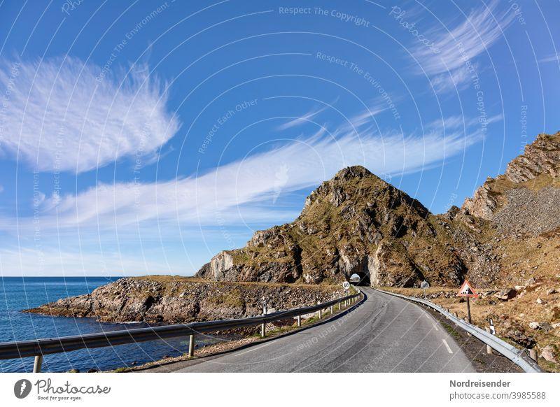 Landstraße mit Tunnel auf einer Küstenstraße der Vesterålen in Norwegen Bleik Straße Meer Vesteralen Andøya Wasser Berg Felsen Ozean Atlantik Nordatlantik