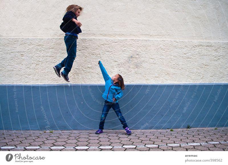 Selbstverteidigung Mensch maskulin feminin Kind Mädchen Junge Geschwister Kindheit 2 8-13 Jahre fliegen kämpfen Spielen springen Aggression rebellisch blau weiß