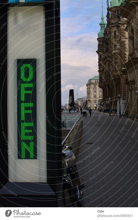 """Innenstadt mit Digitalanzeige: """"Offen"""" City Platz Rathausmarkt Fahrrad Himmel Wolken Aufschrift shutdown Leere Klassizismus Fassaden Gebäude Licht und Schatten"""