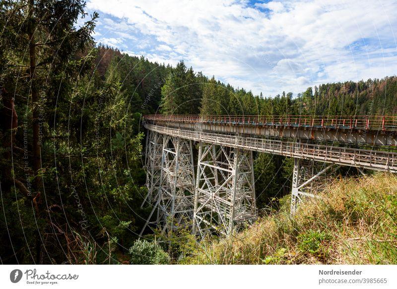 Die Ziemestalbrücke in Thüringen, altes Viadukt aus Stahl ziemestalbrücke eisenbahnbrücke viadukt thüringen schienen wald bauwerk bahnstrecke denkmal reiseziel