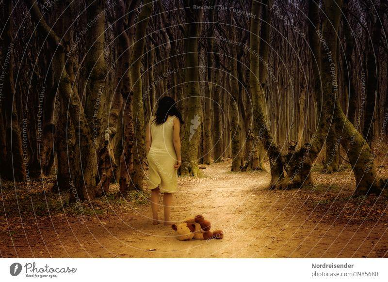 Was lauert im Dunkel und im Ungewissen frau wald surreal gespensterwald angst teddy bäume geister waldweg knorrig allein depression burnout barfuß kleid person